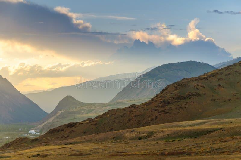 Горы Altai с снежными пиками в заходе солнца стоковое фото