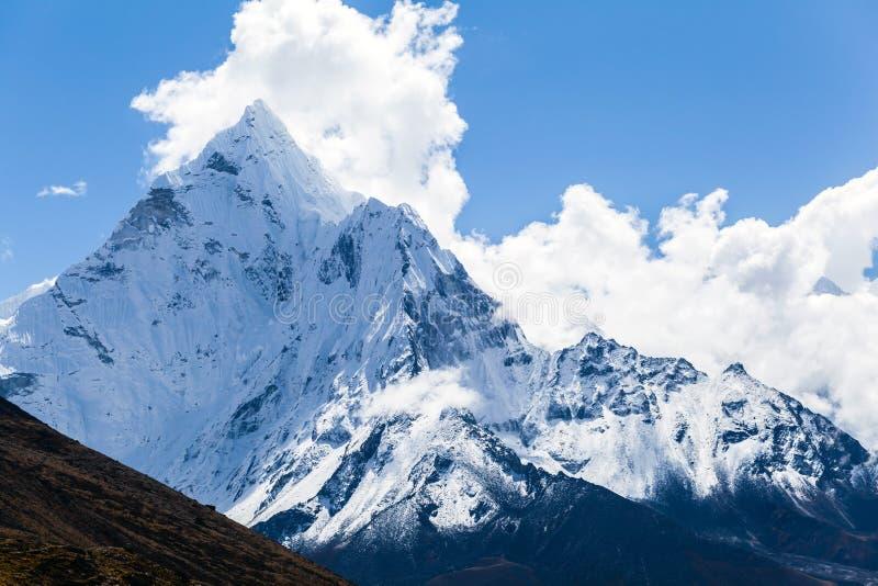 Горы Ama Dablam, ландшафт Гималаев стоковое изображение