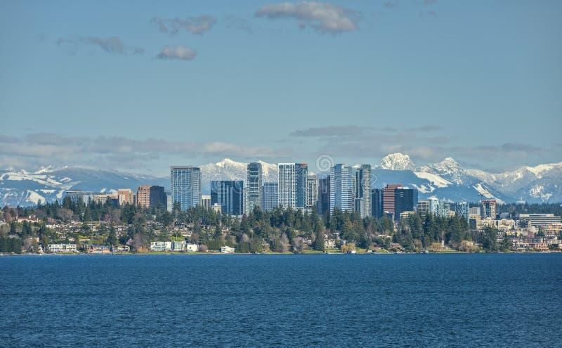 Горы Bellevue, Вашингтона и каскада через озеро Washingto стоковая фотография rf