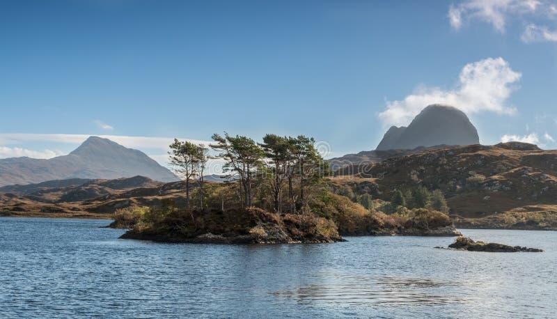 Горы Canisp и Suilven, около гористых местностей Шотландии Lochinver Assynt стоковое фото rf