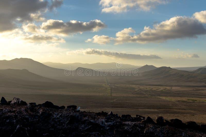 Горы Fuertaventura на сумраке стоковые фото