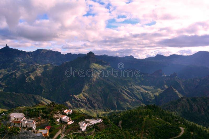 Горы Gran Canaria и деревня Artenara стоковые фотографии rf