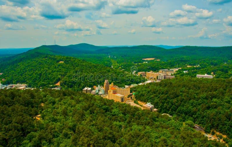 Горы Ozark окружая город Арканзаса горячих источников отрезанный в лесах стоковое фото