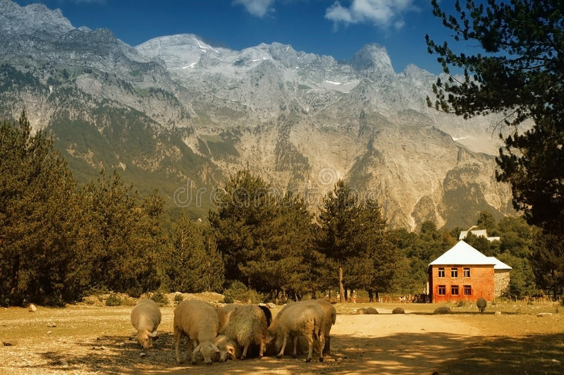 Горы Prokletije, взгляд от села Thethi, стоковое изображение