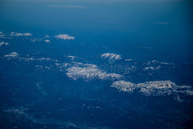 Горы Snowy, взгляд сверху Туман стоковые изображения rf