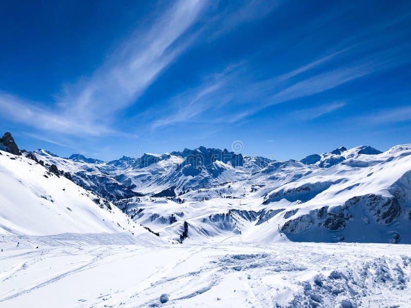 Горы Snowy в горных вершинах стоковое фото rf