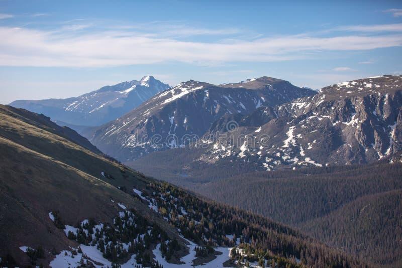 Горы Snowy на летний день в национальном парке скалистой горы стоковое фото