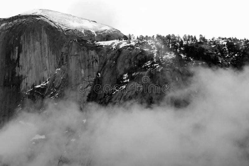 Горы Snowy Yosemite - черно-белые стоковая фотография