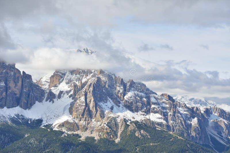 Горы Tofana di Mezzo и Tofana di Rozes в доломитах стоковое изображение rf