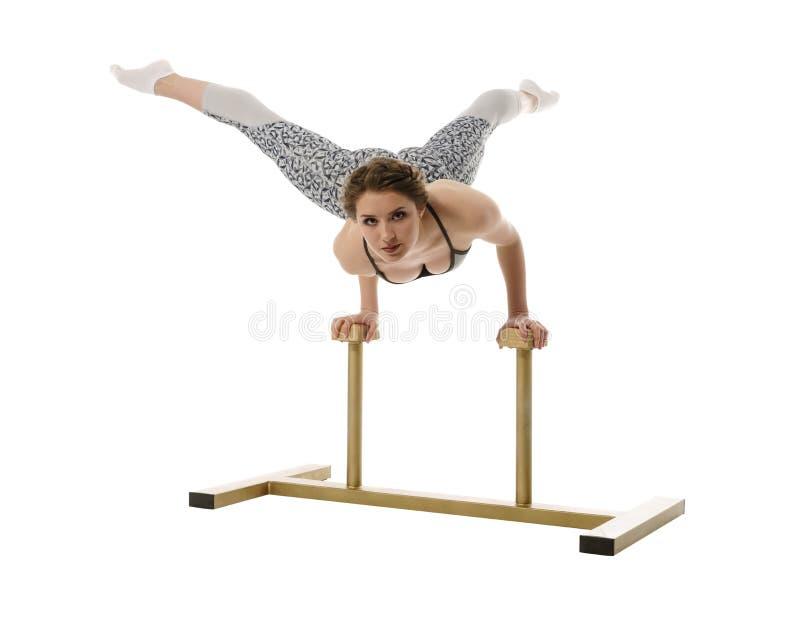 горькосоленого Представления девушки пока делающ handstand стоковая фотография