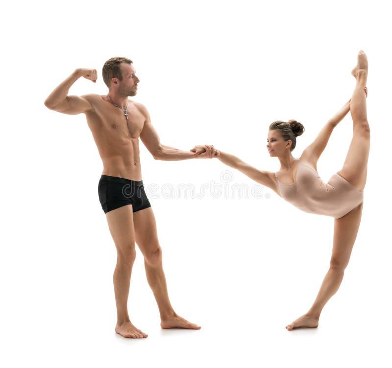 горькосоленого Сильный человек в парах с грациозно девушкой стоковые фото