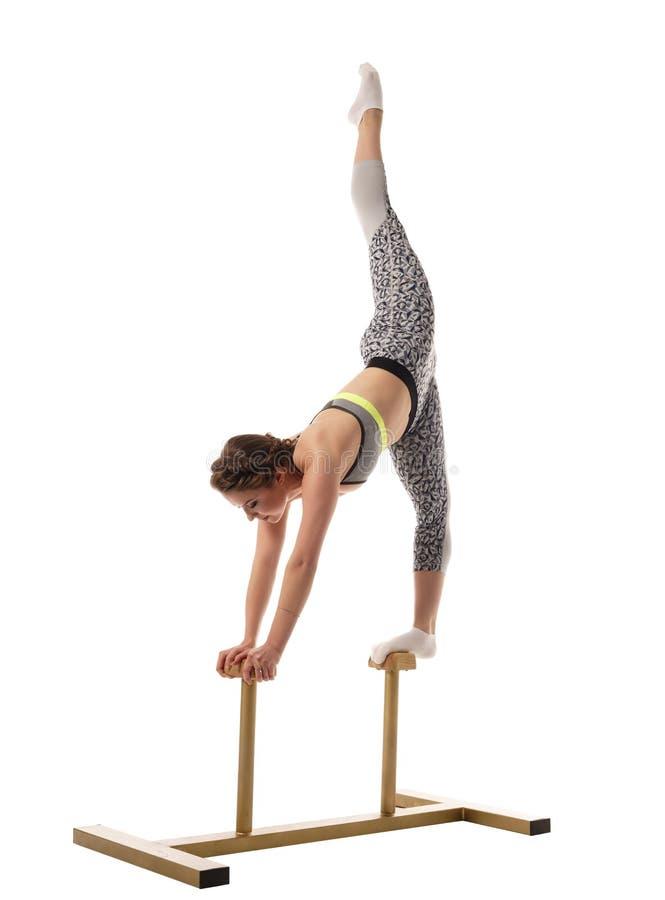 горькосоленого Тренировка гимнаста на стойках цирка стоковые изображения