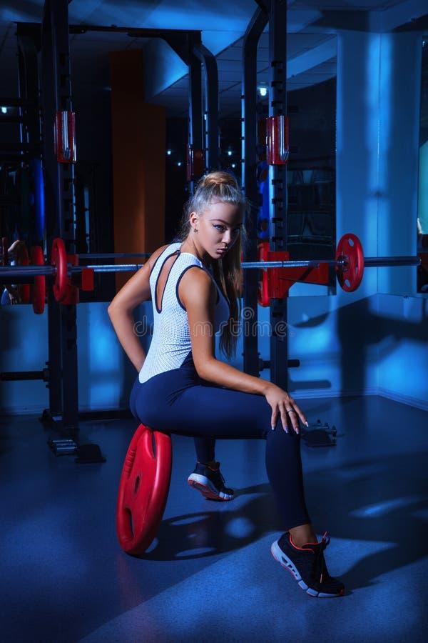 Горячая блондинка в спортзале стоковая фотография