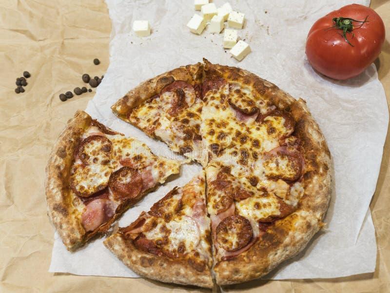 Горячая вкусная пицца стоковое изображение rf