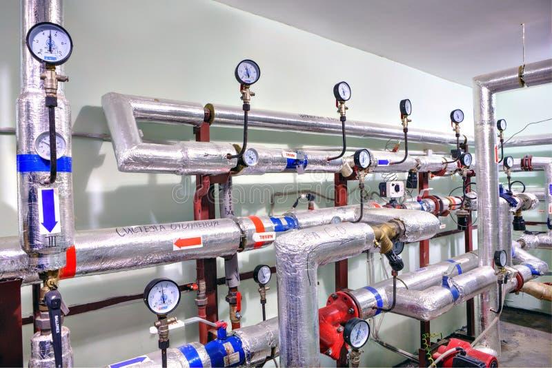 Горячая вода и система отопления в подвале многоквартирного дома стоковое фото rf