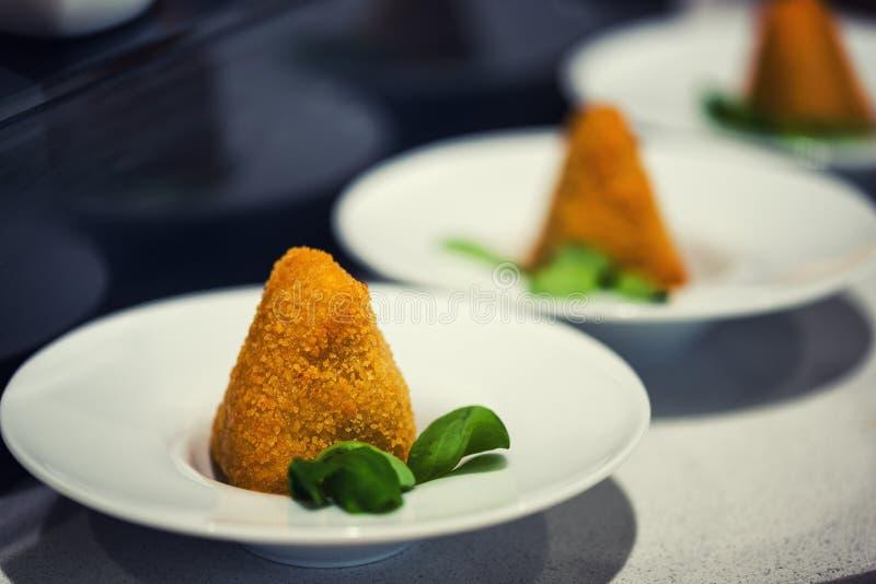 Горячая еда стартера - глубокий зажаренный камамбер с соусом манго Gourme стоковые фотографии rf