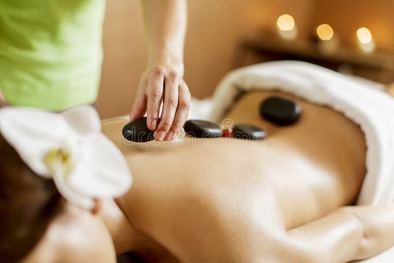 Горячая каменная терапия массажа стоковое изображение rf