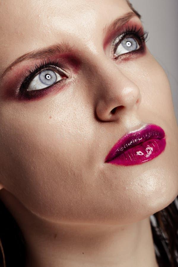 Горячая модель молодой женщины с сексуальным ярким красным составом губ стоковое фото