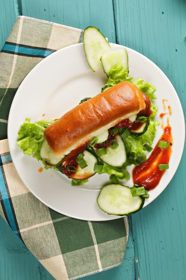 Горячая сосиска с огурцом над взглядом стоковое фото rf