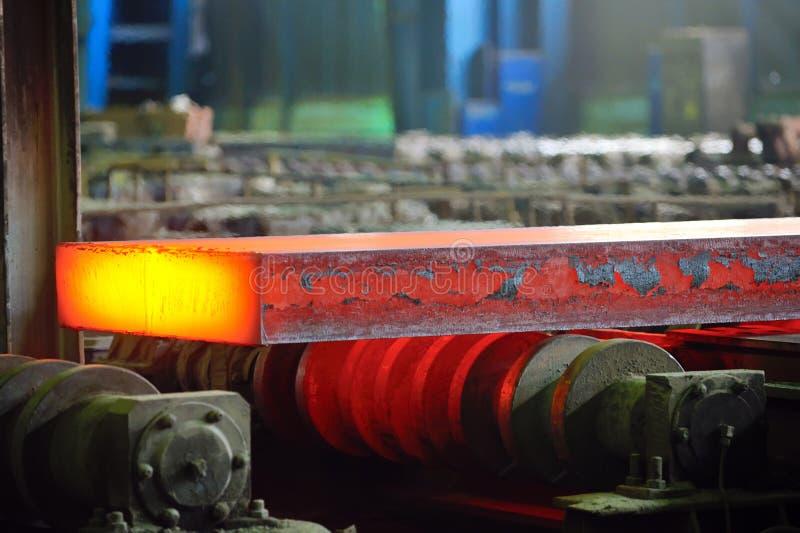 Горячая сталь на транспортере стоковые фотографии rf
