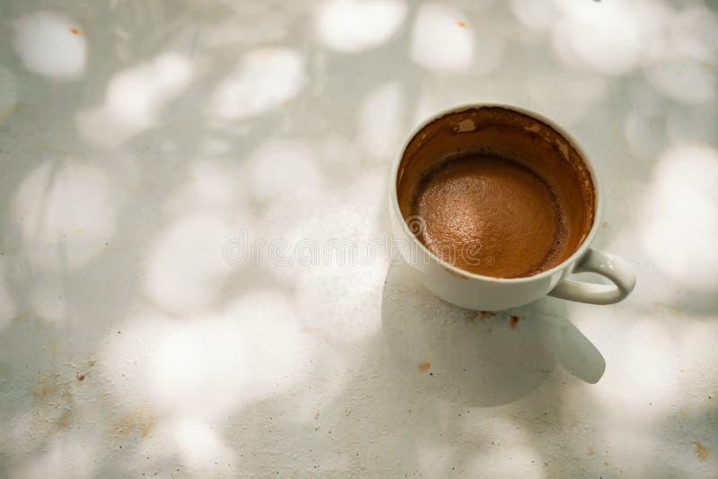 Горячая чашка Latte кофе на белой таблице под деревом стоковые фотографии rf