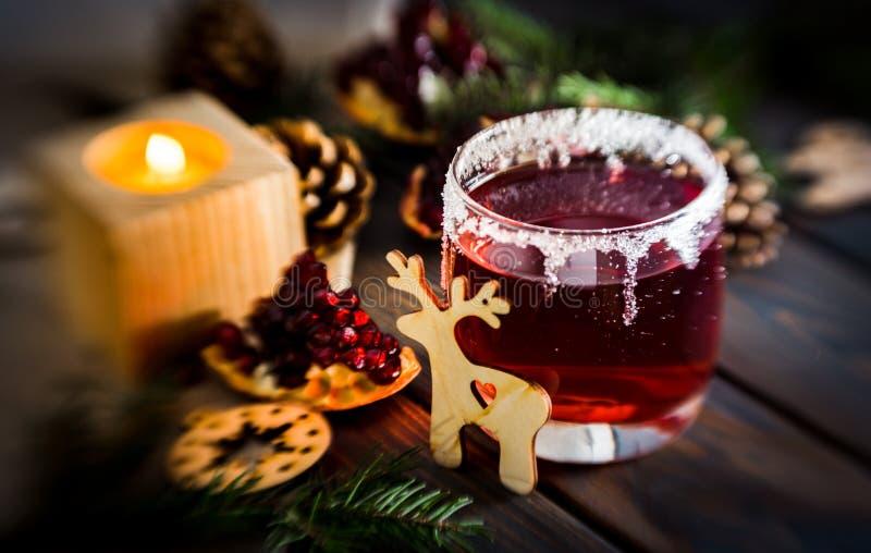 Горячее обдумыванное вино и горящая свеча украшения рождества праздничные стоковая фотография rf