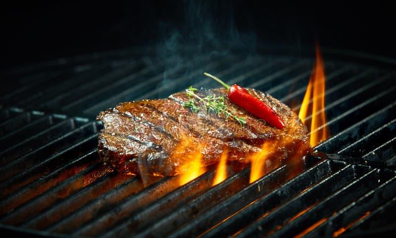 Горячее пряное приготовление на гриле стейка chili на барбекю стоковые изображения rf