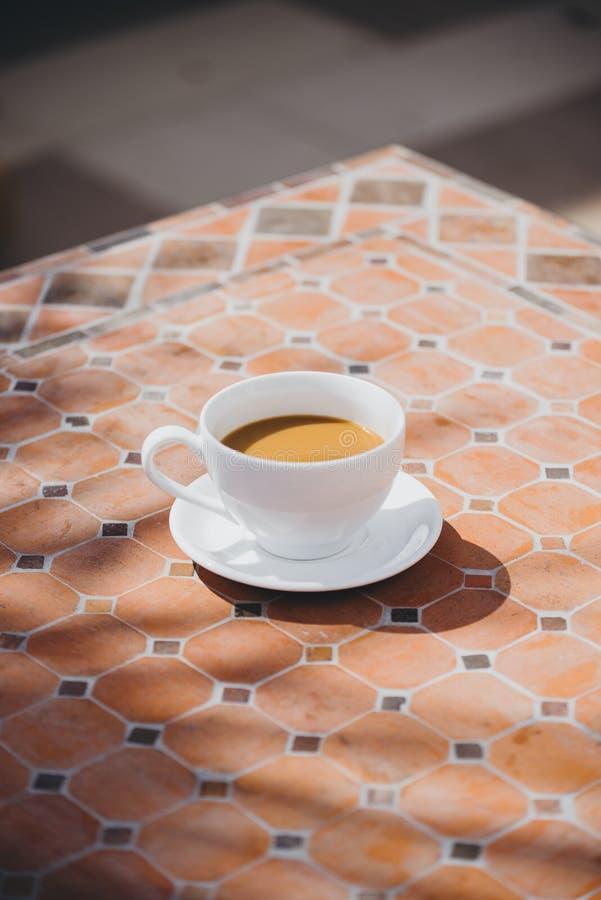 Горячее стекло напитка на времени завтрака, может быть кофе или какао Со случайной атмосферой чувствуйте расслабленный и теплый стоковая фотография rf