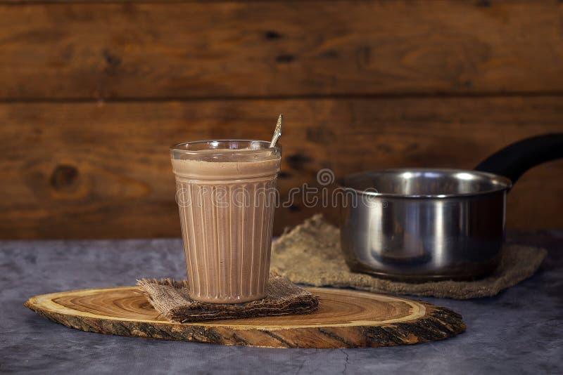 Горячее шоколадное молоко питья какао в стекле на деревянной поверхности стоковые фотографии rf