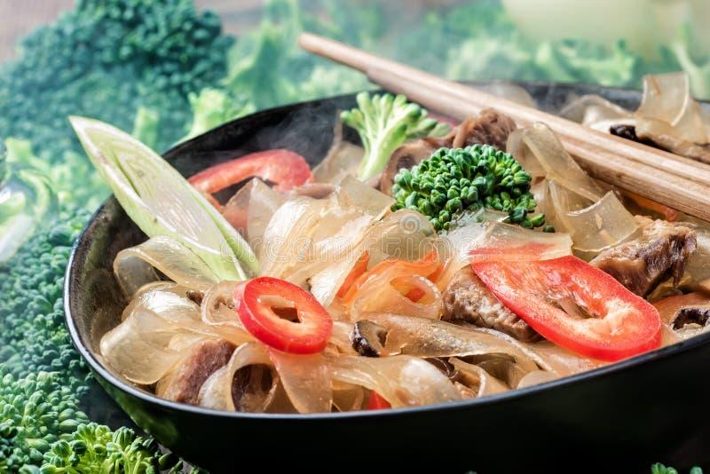 Горячие азиатские фасоли fungosa mung лапшей граненого стекла пряного блюда толстые в сладостном кислом соусе стоковые фото