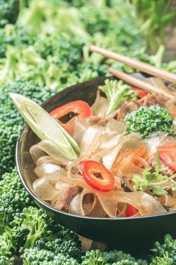 Горячие азиатские фасоли fungosa mung лапшей граненого стекла пряного блюда толстые в сладостном кислом соусе стоковые изображения rf