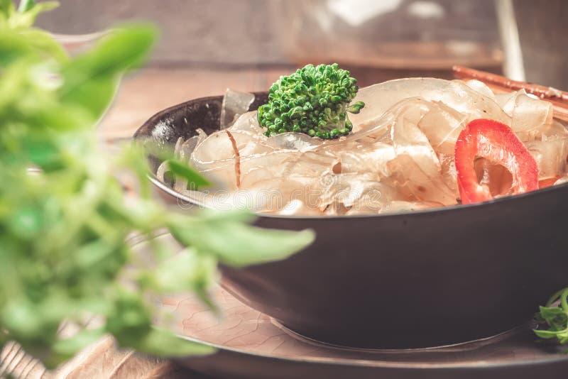 Горячие азиатские фасоли fungosa mung лапшей граненого стекла пряного блюда толстые в сладостном кислом соусе стоковое изображение