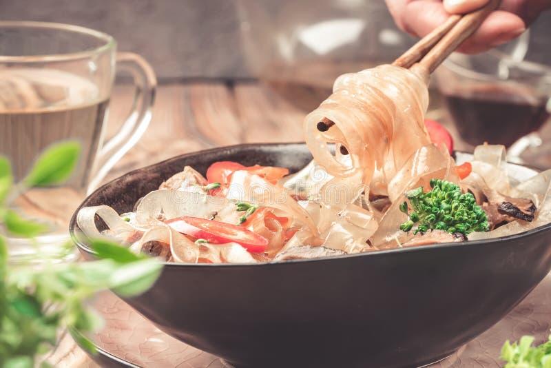 Горячие азиатские фасоли fungosa mung лапшей граненого стекла пряного блюда толстые в сладостном кислом соусе стоковая фотография rf