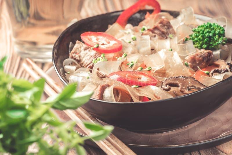 Горячие азиатские фасоли fungosa mung лапшей граненого стекла пряного блюда толстые в сладостном кислом соусе стоковое изображение rf