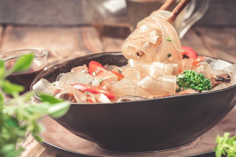 Горячие азиатские фасоли fungosa mung лапшей граненого стекла пряного блюда толстые в сладостном кислом соусе стоковые изображения