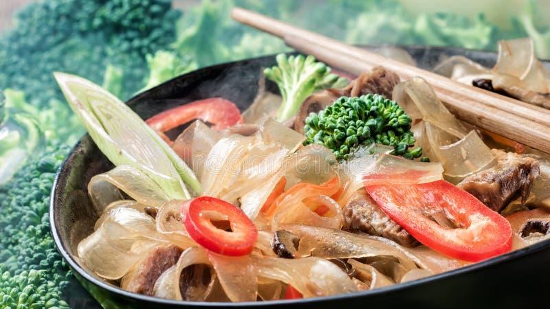 Горячие азиатские фасоли fungosa mung лапшей граненого стекла пряного блюда толстые в сладостном кислом соусе стоковое фото