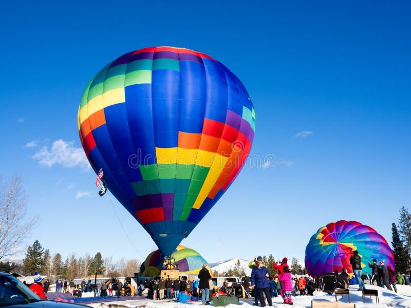 Горячие воздушные шары на том основании готовые для того чтобы принять  стоковая фотография