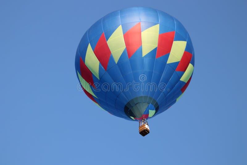 Горячие воздушные шары на ясный день стоковые фото