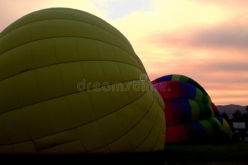 Горячие воздушные шары получая готовый поднять стоковые изображения rf