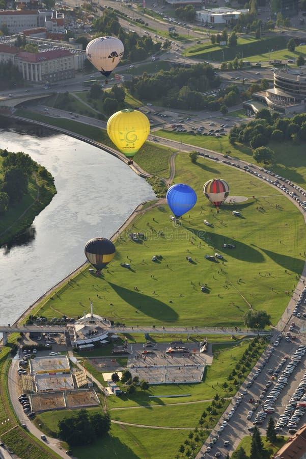 Горячие воздушные шары в центре города Вильнюса стоковая фотография