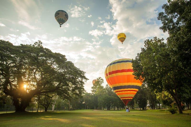Горячие воздушные шары готовые для realease к небу стоковое изображение