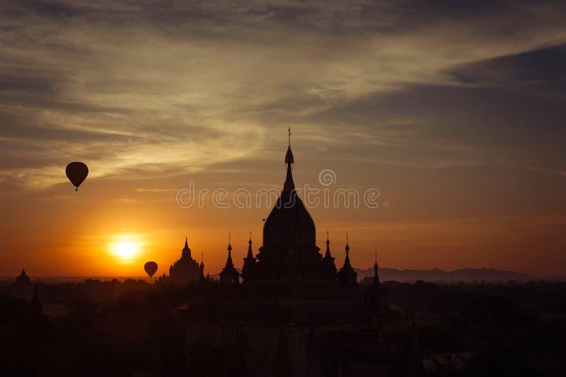 Горячие воздушные шары летая над буддийскими висками на Bagan myanmar стоковые изображения