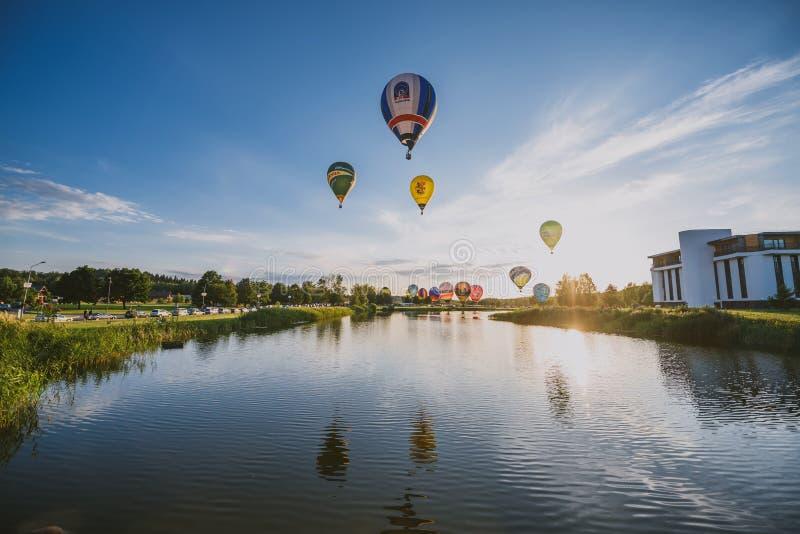 Горячие воздушные шары летая над городом Birstonas стоковое изображение rf