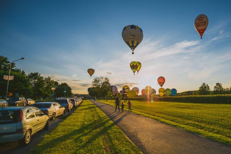 Горячие воздушные шары летая над городом Birstonas стоковая фотография rf