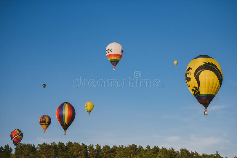 Горячие воздушные шары летая над городом Birstonas стоковое изображение