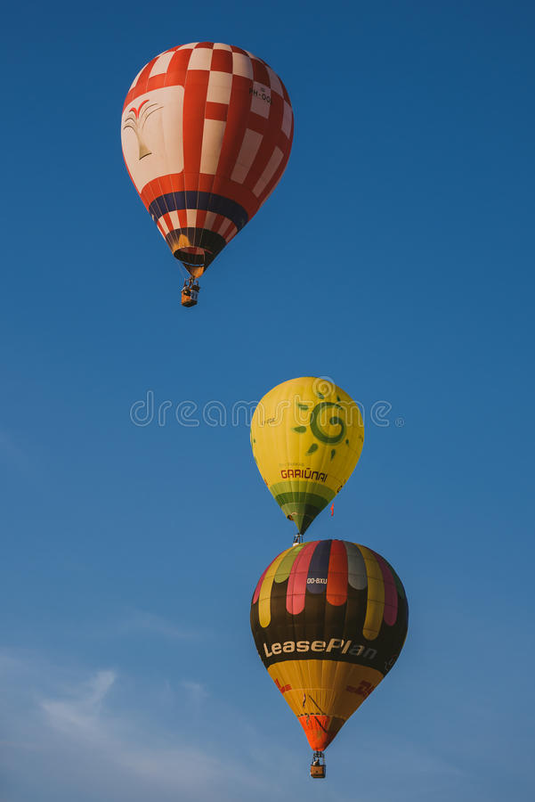 Горячие воздушные шары летая над городом Birstonas стоковые фотографии rf
