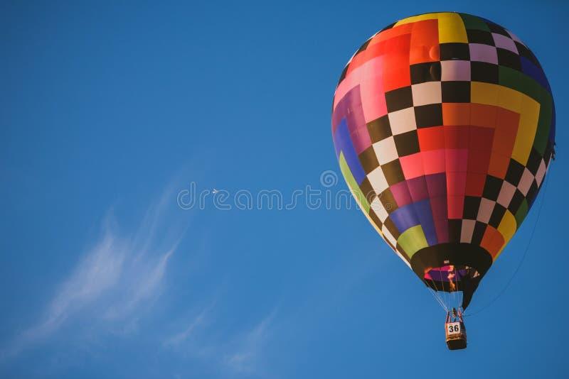 Горячие воздушные шары летая над городом Birstonas стоковая фотография