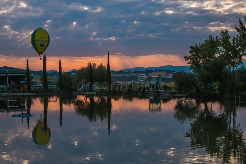 Горячие воздушные шары летая над озером Умбрии стоковое фото rf