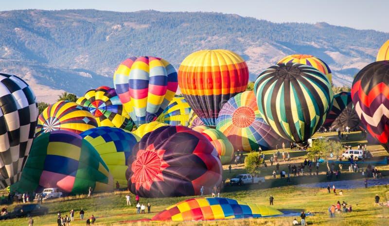 Download Горячие воздушные шары подготавливают для старта Стоковое Фото - изображение насчитывающей летание, гонка: 33736230