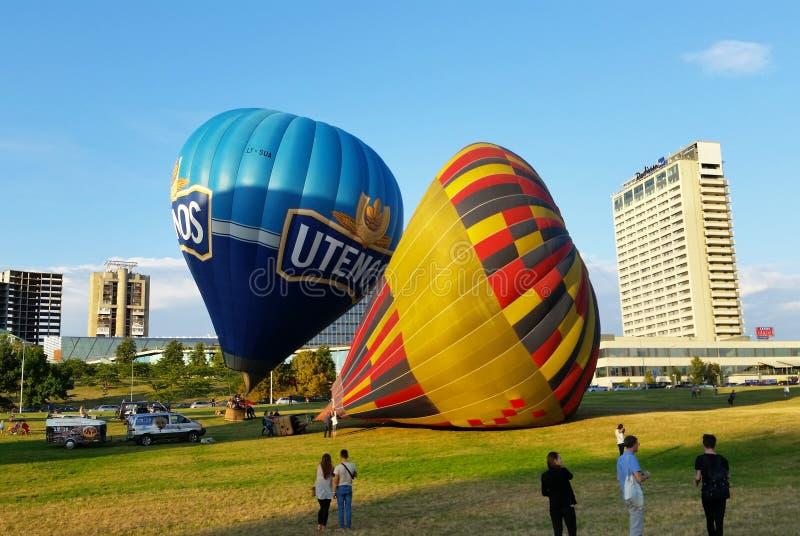 Горячие воздушные шары получая готовый лететь стоковое изображение